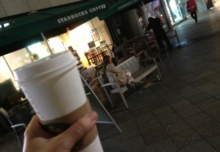 Fem hundradelar efter att denna bild togs, råkade jag tappa muggen och hälla ut allt te på marken och fick då anledning att gå in till Starbucks och pojkarna igen. Till en kostnad av en te lyckades jag förbruka fyra tepåsar …