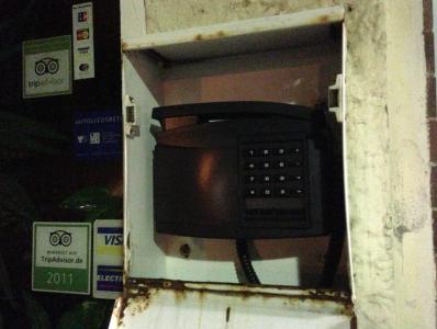 Inne i lådan fanns en telefon, som man kunde väcka personalen med.