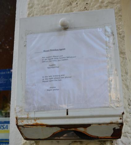 Lådan utanför hotellporten – en sådan som man har pappershanddukar i på toa.