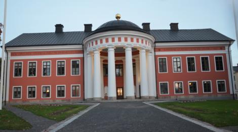 Härnösands utomordentligt vackra rådhus, som byggdes som ett av Sveriges allra första gymnasier (1791). Det ritades av Gustav III:s slottsarkitekt Olof Tempelman och är ju alldeles bedårande.