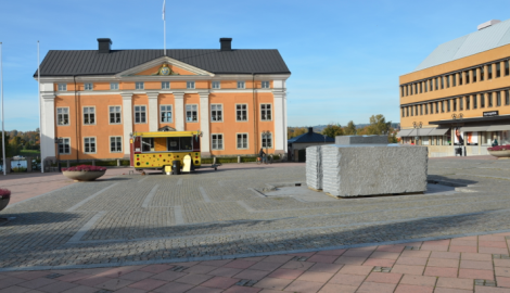 Härnösands residens, besudlat av ett fult hus till höger, en cementlåda till konstverk och en prickig snabbmatsvagn med en hostande man i.