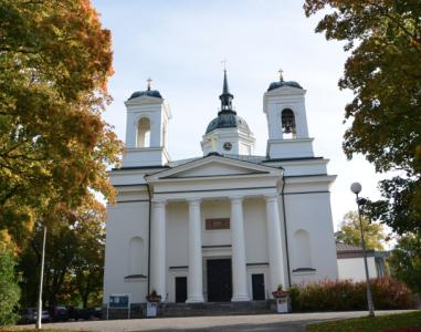 Domkyrkan från 1846 är Sveriges minsta och alldeles nyrenoverad.