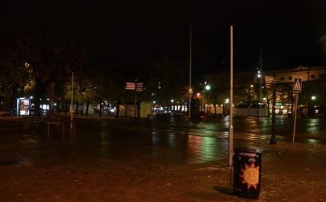 Eller göra som i Karlstad: släcka såpass att man inte ser nästan nåt och känner sig mysig som i stearinljusbelysning.
