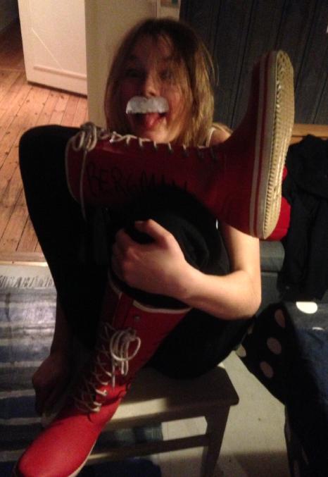Gummistövlar & mustasch = inte elektricitet på på fötterna = Einstein.