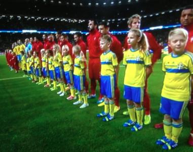 Titta vad fint: de svenska barnen är nästan längre än de portugisiska spelarna!
