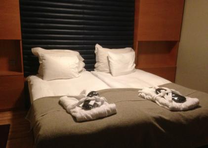 … och två morgonrockar samt en väldigt vadderad sänggavel.