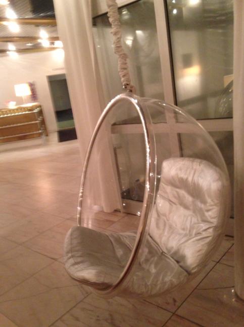 I hotellentrén hängde en fantastisk äggstol, så jag blev redan där fylld av förväntan.