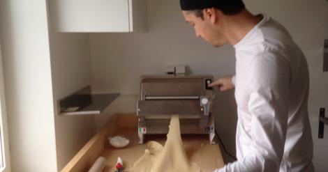Pastaplattningsmaskinen och kocken i lägenheten.