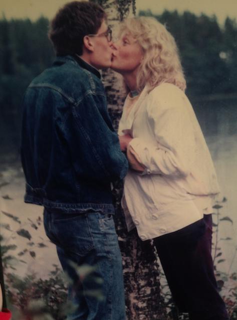 Inramad pussbild på min djefla jeansman och mig från 1987.