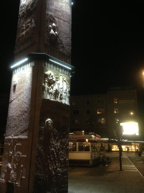 Den här statyn på Stortorget i Gävles centrum kommer definitivt från ett avsnitt av Doctor Who. Den kommunicerar mystiskt med den stora reklamtavlan i bakgrunden.Whiiischwooosch.