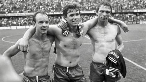 Målskyttarna Janne Svensson, Glenn Hysén och Bosse Börjesson visar upp sina magra bringor efter att Sverige hade besegrat Portugal med 3-0 i VM-kvalet 1981.