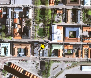 Jag bor på Stadshotellet där vid gula ettan; tågen går alldeles till höger om huset.