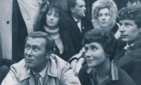 John Osborne och Doris Lessing 1961. Bakom dem sitter Sheila Delaney och Vanessa Redgrave. (Foto: Reg Warhurst.)