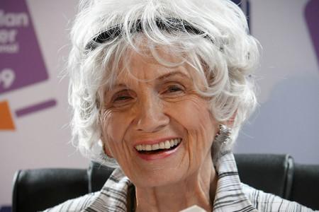 """Alice Munros frisyr, som enligt kommentatorksan Inawi är """"grått, ganska kort och sådär snyggt arrangerat rufsigt, lite tant-grunge, typ""""."""