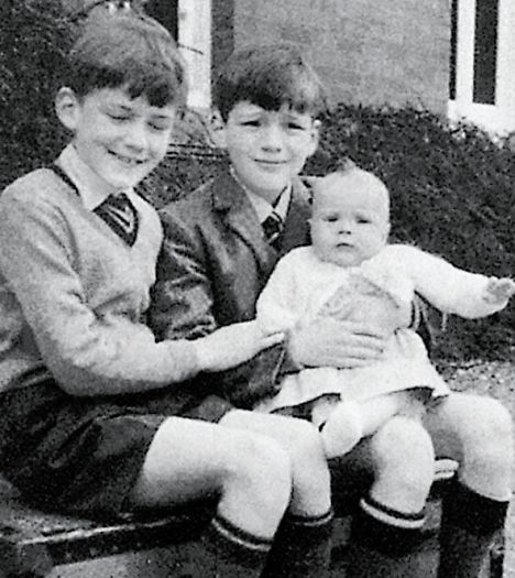 Unge herr Stephen Fry med storebror och lillasyster runt 1962.