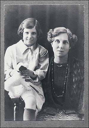 Doris Lessing med den tydligen bittra mamman Emily runt 1928.
