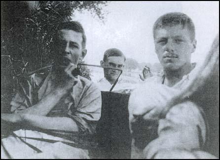 C.S. till vänster, Paddy till höger. Okänd övervakare i mitten.