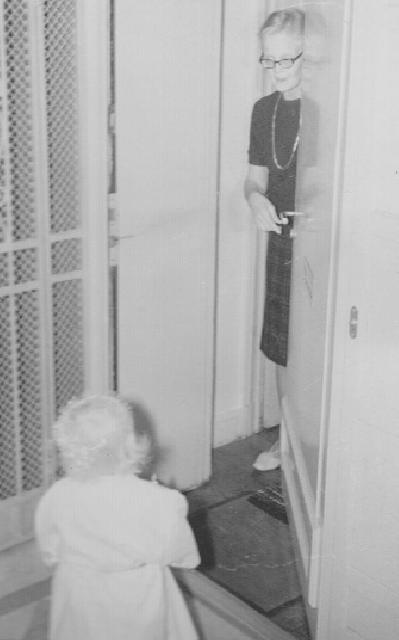 I brist på bilder på hemlisbloggaren får ni stå ut med en bild på mig när jag lussar för min mormor på Bergsgatan 3 i Stockholm.