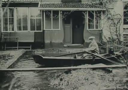 Carl Larsson ror fram till entrén. (Jämför med färgbilden ovan.)