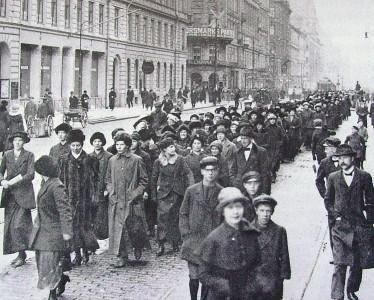 Protesterande mödrar på väg till Mjölkcentralen den 27 April 1917.