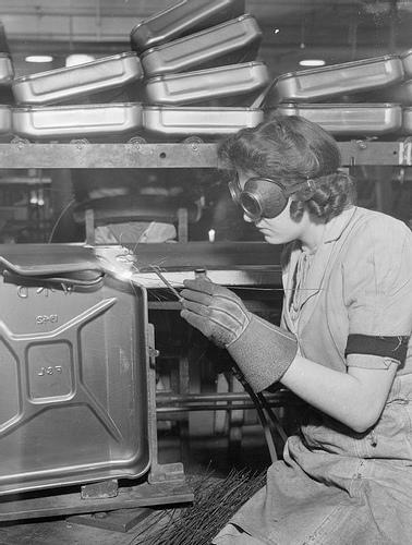 Jerrycan-svetsning 1942 – det man ser är insidan av en ännu inte ihopsatt dunk.