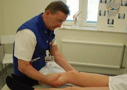 Precis så här. Fast ortopeden var en tjej på max 17 vårar, det var vänster knä som undersöktes och jag har verkligen inte svarta strumpor.