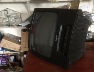 Slänger video-tv:n som inte har funkat på ett år?