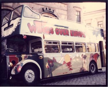 Wingsbussen parkerad utanför Julius skivaffär på Gråbrödersgatan.