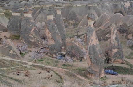 I Kappadokien finns det alltså berg, odlingsmark, underliga bergsformationer och turistbussar. De underliga bergsformationerna är rester av tusentals vulkanutbrott genom tiderna.