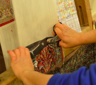 Här ansas sidenmattan som är gjord på sidenvarp.