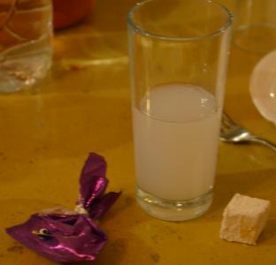 Litet paket, raki, turkiskt godis. Sedan klämde jag på det lilla paketet. Det innehöll inget annat än en kondom.