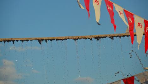 Fem meter upp går en vattenledning som läcker något alldeles bedrövligt. Plask, plask, skvätt säger det.