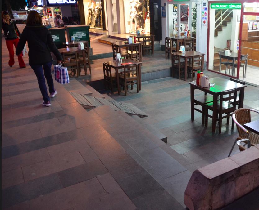 Tantfälla 3: turkisk, kamouflerad restaurangentré.