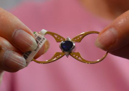 Här är ringen helt platt – och kan hängas i ett halsband på detta vis.
