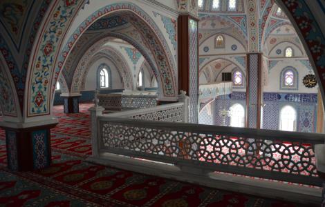 Ovanvåningen – damavdelningen. Man får en mattruta per person och mönstret på mattan visar vartåt näsan ska peka (mot Mecka).