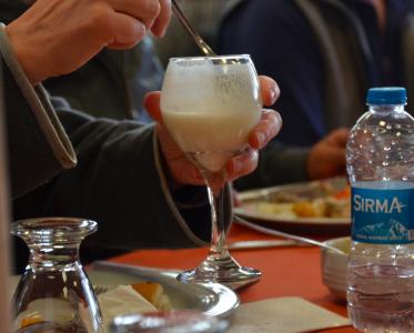 En av deltagarna i gruppen kom på att man ju inte behöver köpa den dyra, fina turkiska drickyoghurten. Det går lika bra att ta vanlig, turkisk fil-yoghurt och hälla vatten i och röra om.