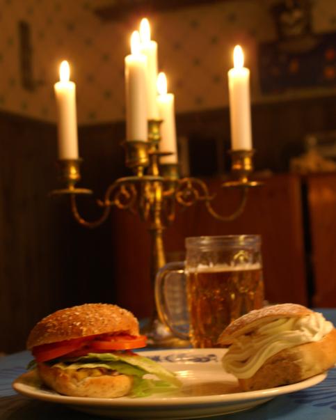 Hamburgare (med osynligt kött) och semla (med osynlig mandelmassa).