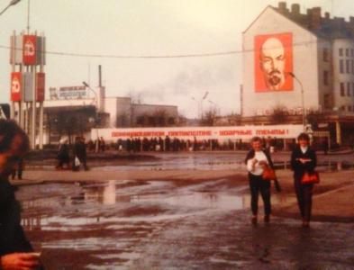 – Hej Lenin, sa vi på moget tonårsvis och tog en bild med skräpkameran.