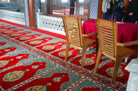 … de beigebruna plaststolarna mitt i moskén …