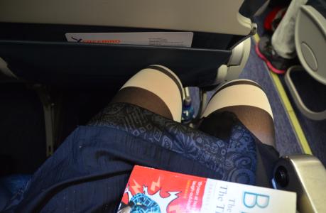 Flyplanet hade mindre benutrymme än något annat plan som jag har åkt med. Karl bredvid mig flöt över sina bräddar och kunde bara med nöd och näppe knäppa säkerhetsbältet medan jag fick sitta lite på sniskan.