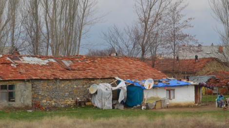 Hus som lappas med presenningar, som hålls på plats med stenar.