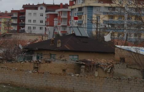 Fallfärdig mur – men huset värms upp med solcellspanel.
